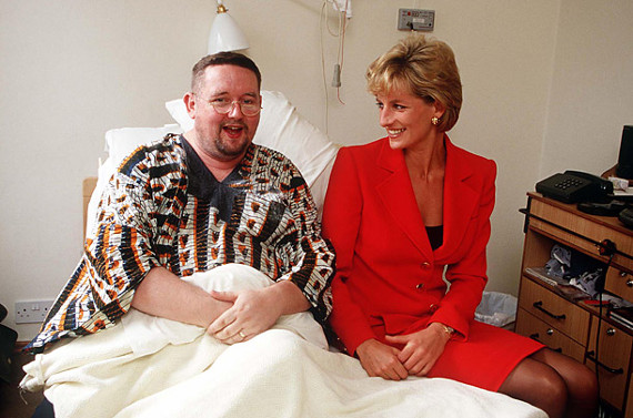 Diana with a patient at London Lighthouse in 1996